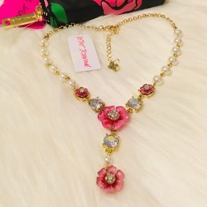 BETSEY JOHNSON FLOWER/RHINESTONE & PEARL NECKLACE